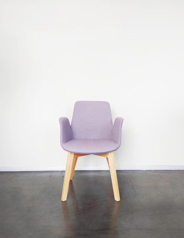 Evolution-hasselt-interieurwinkel-design-meubelen-stoelen-maurice-chair-vooraanzicht