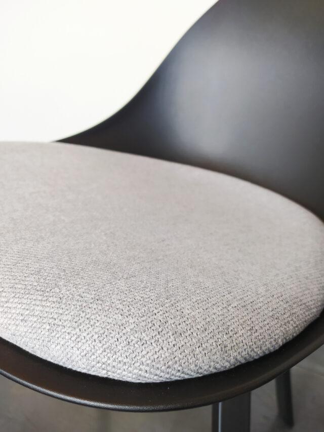 Evolution-hasselt-interieurwinkel-meubelen-design-stoelen-ohio-chair-zwart-detail-kussen