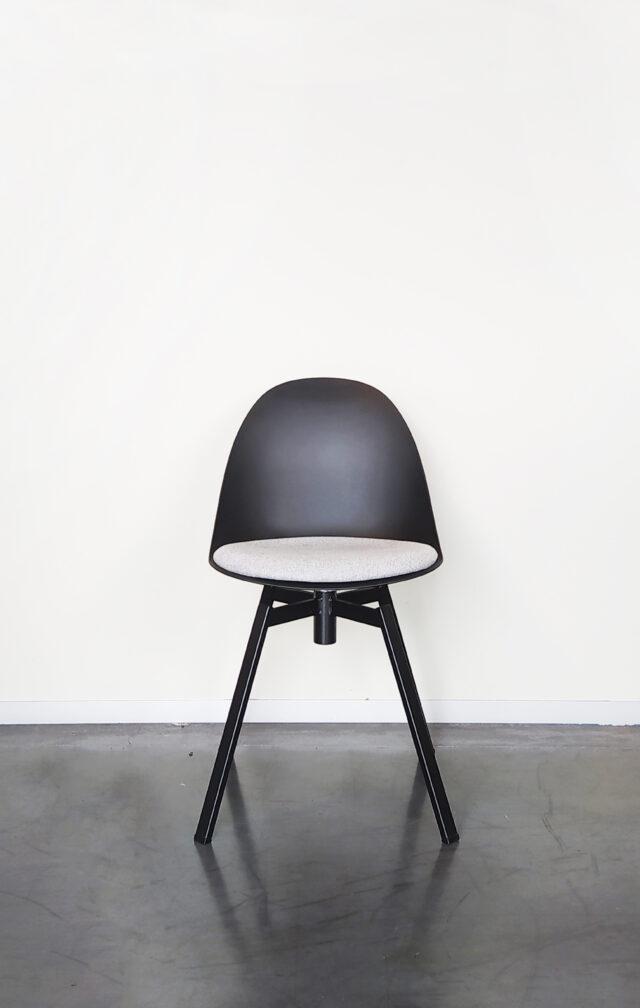 Evolution-hasselt-interieurwinkel-meubelen-design-stoelen-ohio-chair-zwart-vooraanzicht