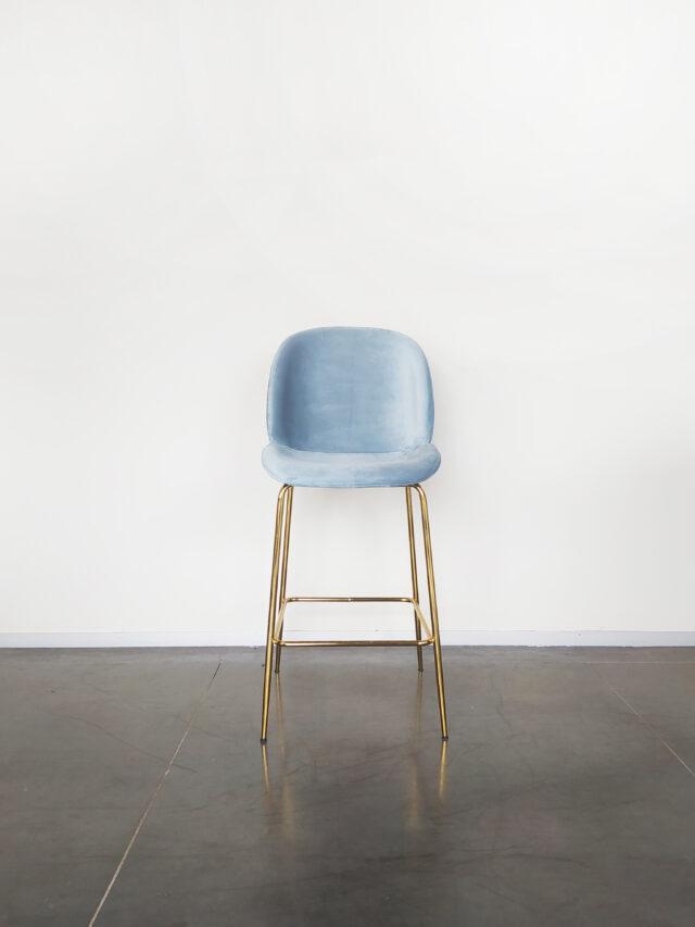 Evolution-hasselt-interieurwinkel-design-meubelen-krukken-scandinavisch-elliot-chair-velvet-vooraanzicht-blauw