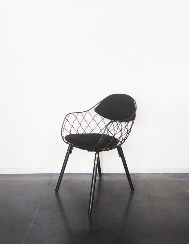 Evolution-hasselt-interieurwinkel-meubelen-design-stoelen-stof-pineapple-chair-zwart