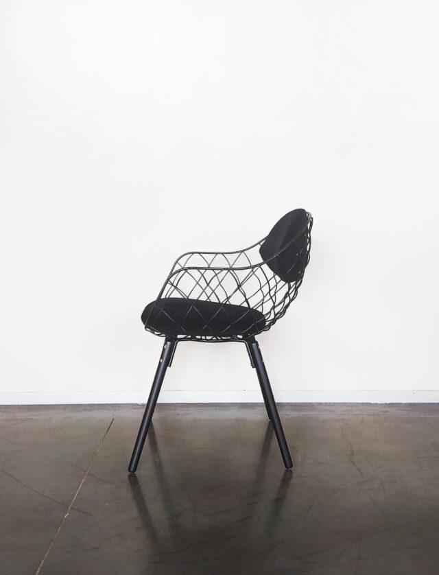 Evolution-hasselt-interieurwinkel-meubelen-design-stoelen-stof-pineapple-chair-zijaanzicht-zwart
