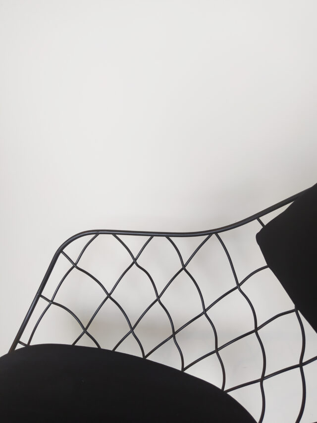 Evolution-hasselt-interieurwinkel-meubelen-design-stoelen-stof-pineapple-chair-zwart-detail