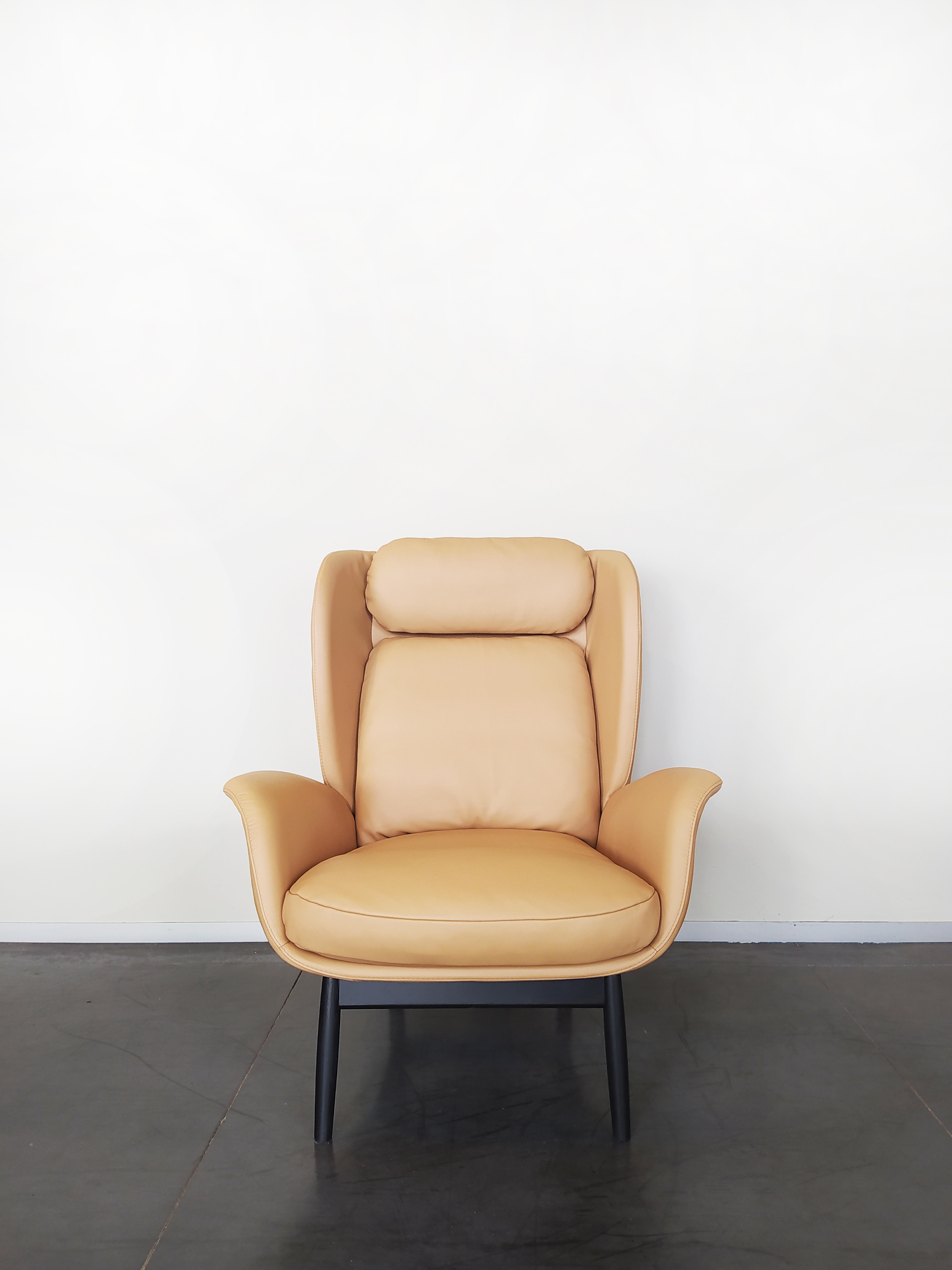 Evolution-hasselt-interieurwinkel-meubelen-design-fauteuils-jane-fauteuil-leder-vooraanzicht